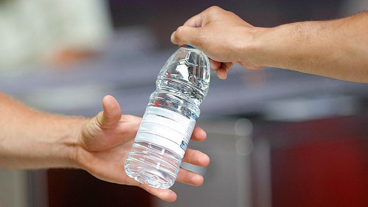 dar una botella de agua